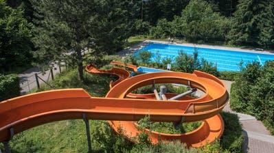 Das Waldschwimmbad Zimmeregg in Littau wird bis Juni 2022 saniert. Kostenpunkt: Rund 12,5 Millionen Franken. Im Bild die Wasserrutsche und das 50-Meter-Becken. (Bild: Boris Bürgisser, Luzern, 2. Juli 2019)