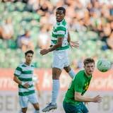 Sprungstark: St.Gallens Dereck Kutesa (Mitte) im Spiel gegen Celtic Glasgow. (Bild: Urs Bucher)