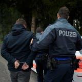 Der mutmassliche Täter wurde samt Waffe und Beute verhaftet. (Symbolbild: Keystone)