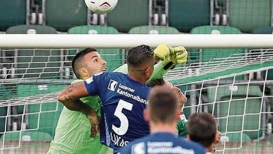 St.-Gallen-Torhüter Dejan Stojanovic trifft den Kopf von Luzerns Lucas Alves. (Bild: Eddy Risch/Keystone, St.Gallen, 20. Juli 2019)