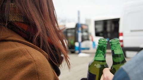Am Bahnhof Wil wird auch untertags viel getrunken. (Bild: Simon Dudle)