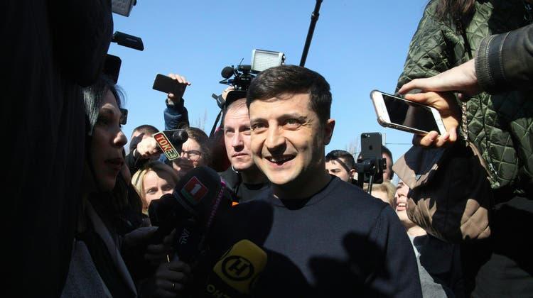 Wolodimir Selenskifeiert einen klaren Sieg bei den Parlamentswahlen in der Ukraine. (Bild: Herwig Höller/Keystone, Kiew, 31. März 2019)