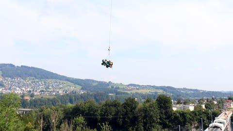 Ein Helikopter mit Doppelrotor fliegt einen Dumper über dem Sitterviadukt. (Bild: Marlen Hämmerli)