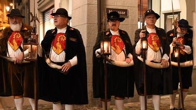 Die Bischofszeller Nachtwächter laden zum Rundgang durch das Städtli. (Bild: Yvonne Aldrovandi-Schläpfer)