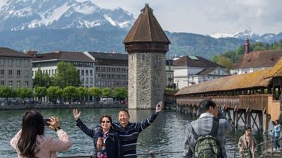 Die Schweiz wird für Touristen teurer. Das könnten Destinationen wie Luzern zu spüren bekommen.(Bild: Eveline Beerkircher)