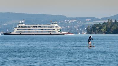 Paddelnd zum Rekord: Dario Aemisegger bei der Längsdurchquerung des Bodensees. (Bilder:Markus Richter)