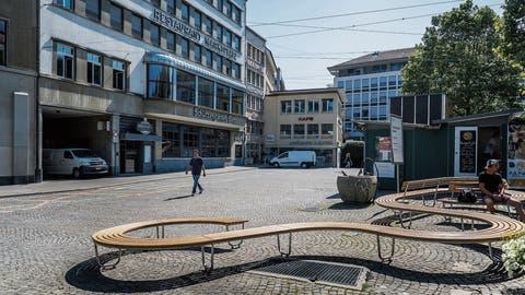Seit die Parkplätze auf dem Marktplatz fehlen, verzeichnen die umliegenden Restaurants weniger Gäste. (Bild: Michel Canonica)