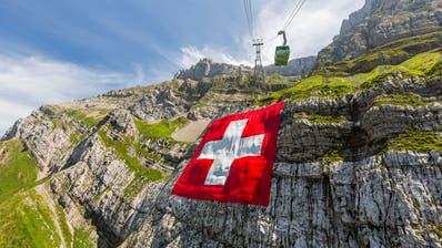 Für einmal ohne Schranz: Die Säntisfahne hängt in ihrer vollen Pracht am Hausberg der Ostschweiz. (Bild: pd)