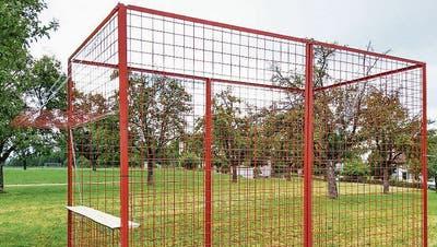So sieht der rote Käfig inklusive Bartresen aus. (Bild: PD/Ivo Beck)