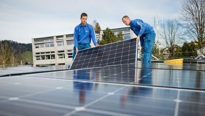 Eine Fotovoltaik-Anlage beim Oberstufenschulhaus in Schüpfheim wird montiert. (Bild: Dominik Wunderli, Schüpfheim, 19. Dezember 2014)