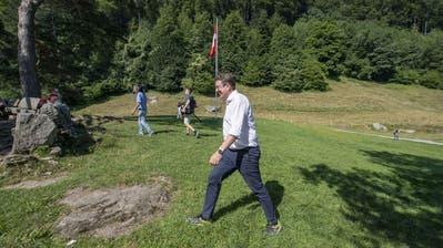 Auf historischen Pfaden: SVP-Präsident Albert Röstischreitet über das Rütli. (Bild: Urs Flüeler/Keystone, Rütli, 25. Juli 2019)