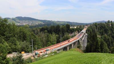 Grossbaustelle:Sicht vom Hügel über dem Sturzeneggtunnel auf das Sitterviadukt. (Bild: Marlen Hämmerli)