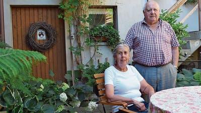 Susi und Edi Müller geniessen das kleine Paradies, das sie geschaffen haben. (Bild: Evi Biedermann)