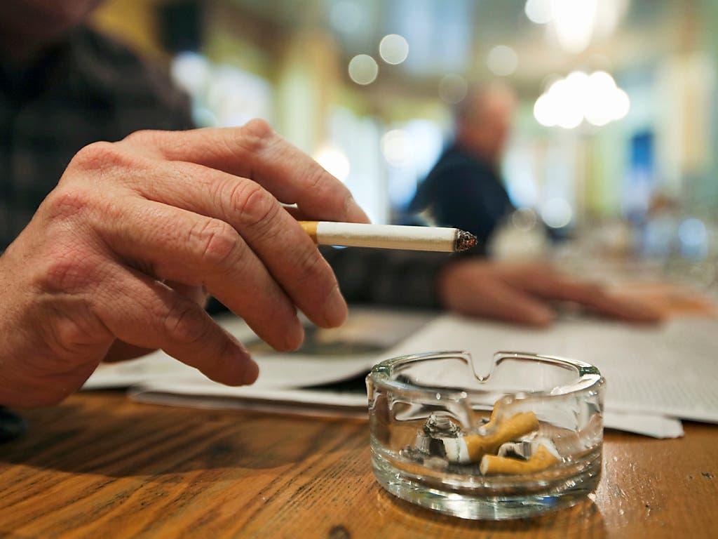 1,1 Milliarden Menschen weltweit rauchen. Bei Hilfen zur Entwöhnung hapert es gemäss der Weltgesundheitsorganisation WHO noch. (Bild: KEYSTONE/ALESSANDRO DELLA BELLA)