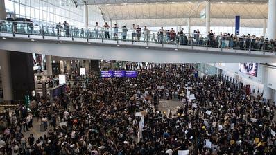 Hunderte Hongkonger demonstrieren in Flughafen gegen Regierung