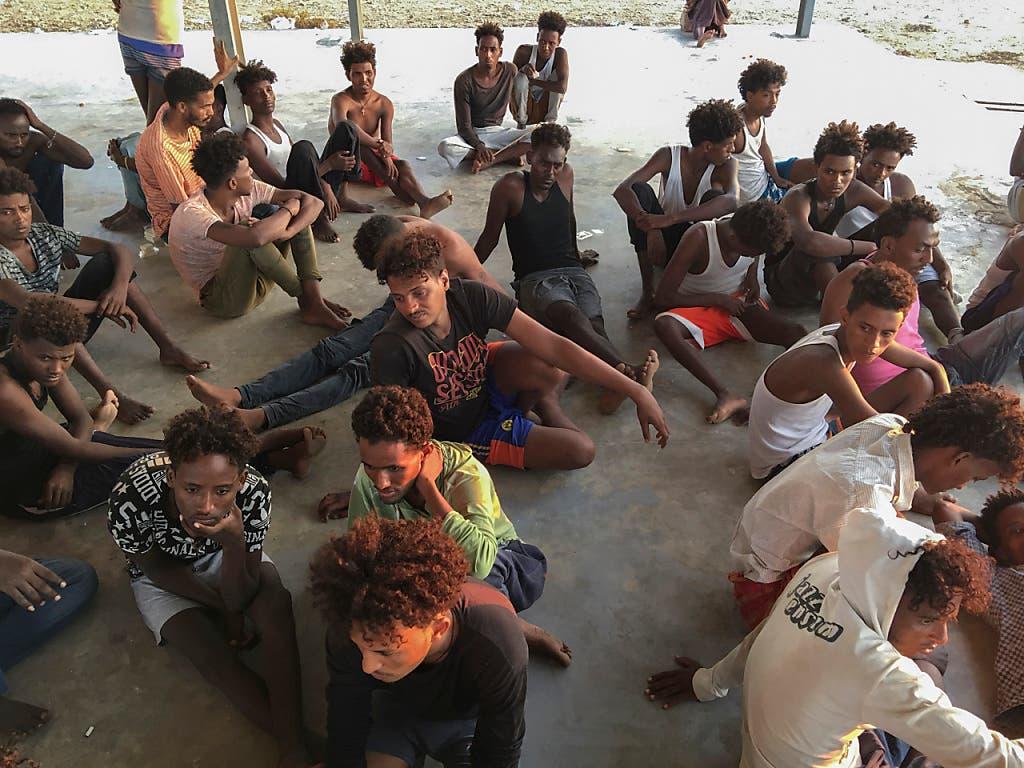 Sie haben die Tragödie vor der libyschen Küste überlebt. Am Freitag wurden nach der Bootstragödie vom Donnerstag 62 Todesopfer aus dem Mittelmeer geborgen. (Bild: KEYSTONE/AP/HAZEM AHMED)