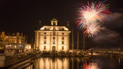 Das Feuerwerk in Rorschach zieht bei trockenem Wetter hunderte Besucher an. (Bild: Christof Sonderegger)