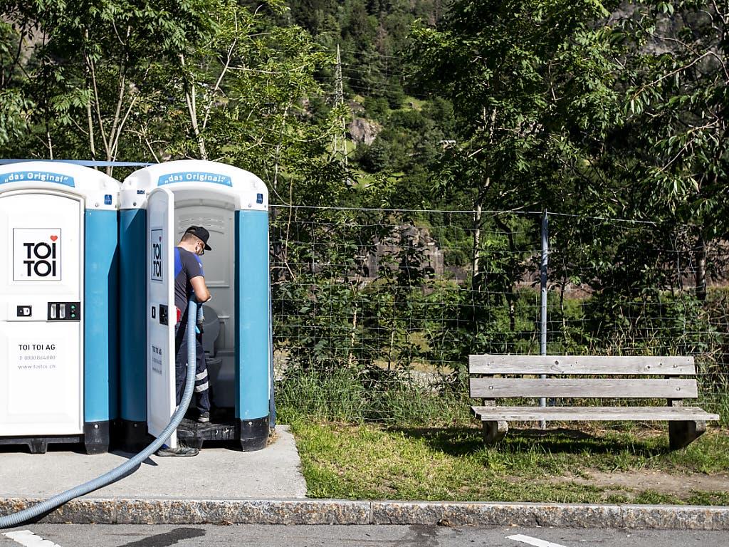 Falls es knapp wird: Für wartende Autofahrerinnen und Autofahrer werden an der A2 mobile Häuschen bereitgemacht. (Bild: KEYSTONE/ALEXANDRA WEY)