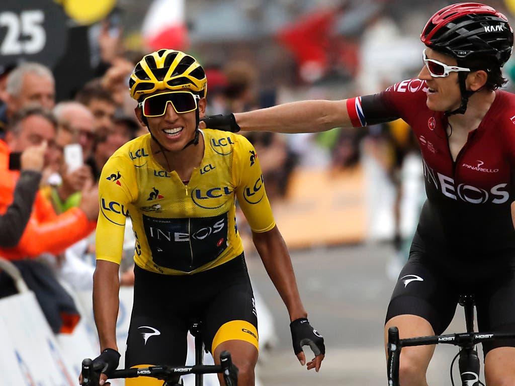 Der Brite Geraint Thomas (rechts) gratuliert seinem elf Jahre jüngeren Teamkollegen Egan Bernal zum Tour-Gesamtsieg (Bild: KEYSTONE/AP/CHRISTOPHE ENA)