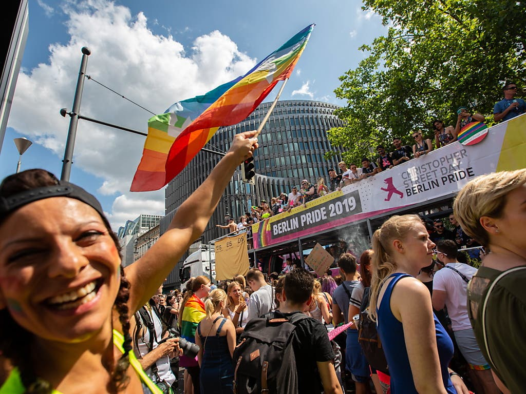 In Berlin haben sich Hunderttausende Menschen bei hochsommerlichen Temperaturen zum Christopher Street Day versammelt. (Bild: KEYSTONE/EPA/OMER MESSINGER)