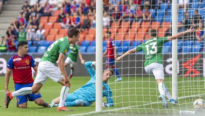 Basels GoalieJonas Omlin hat das Nachsehen, Cedric Itten bejubelt sein 1:0. (Bild: Georgios Kefalas/KEY)