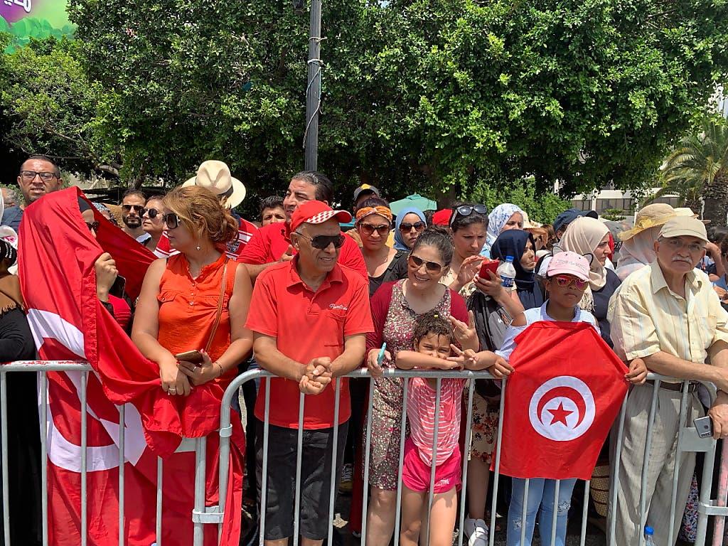 Tausende Tunesierinnen und Tunesier säumten die 20 Kilometer lange Strasse zwischen dem Präsidentenpalast im Vorort Karthago und dem Friedhof Djellaz im Süden von Tunis, um Abschied vom verstorbenen Staatschef Béji Caïd Essebsi zu nehmen. (Bild: KEYSTONE/EPA/AMEL PAIN)