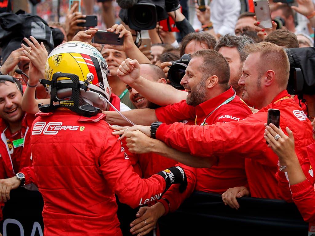 Am Ende konnte die Equipe von Ferrari dank Sebastian Vettel doch noch jubeln (Bild: KEYSTONE/EPA/VALDRIN XHEMAJ)