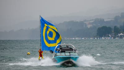 Die Berlinger Flagge flitzt auf Wasserskiern. (Bild: Margrith Pfister-Kübler)