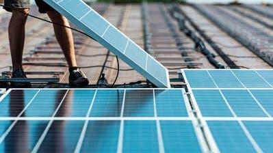Wer eine Speicherbatterie besitzt, kann mehr vom Strom nutzen, der auf dem eigenen Hausdach produziert wird. (Bild: Christian Beutler/Keystone)
