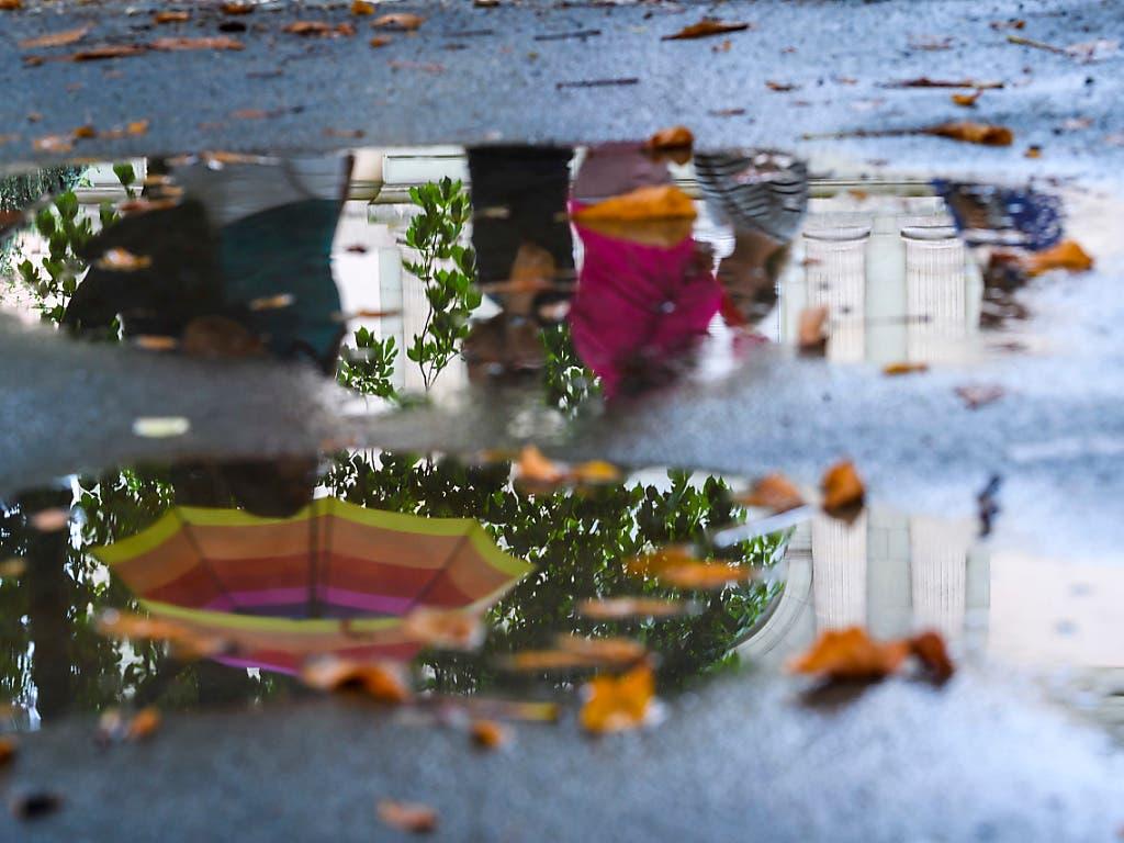 Seit Freitagnachmittag hat es in der Schweiz teilweise grössere Regenmengen gegeben. Besonders viel Regen fiel in Altenrhein und auf dem Chasseral. (Bild: KEYSTONE/MARTIAL TREZZINI)