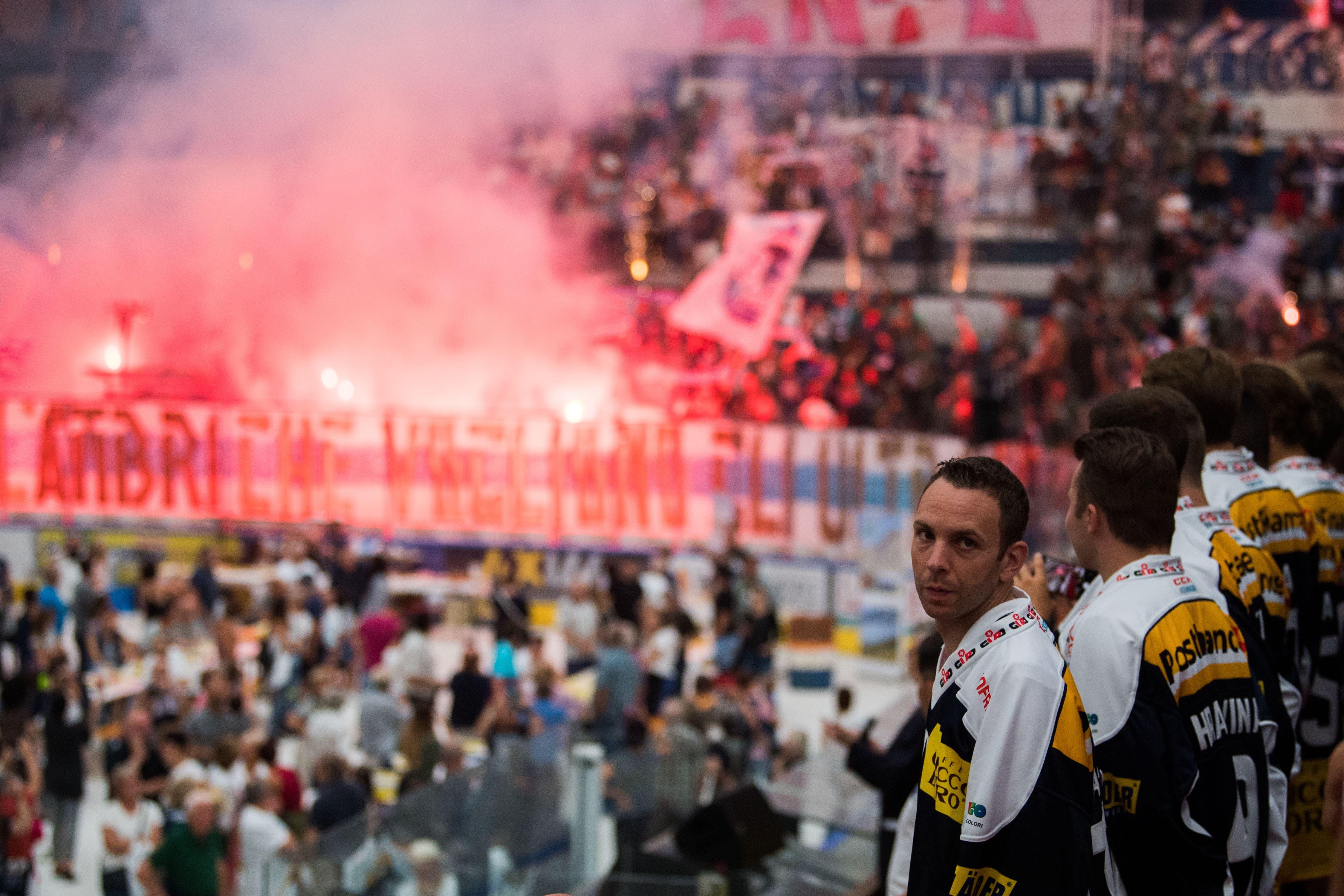Rund 5000 Fans kamen in die Valascia, rechts Torhüter Daniel Manzato. (Bild: Samuel Golay / Keystone, 28. Juli 2019)