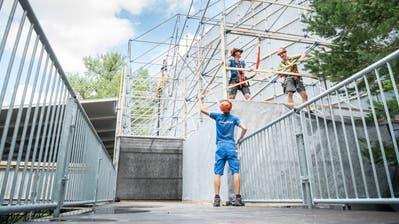 Einige Mitglieder des Turnvereins Müllheim bauen die Kulisse für die diesjährige «Crazy Night» auf. (Bild: Andrea Stalder)