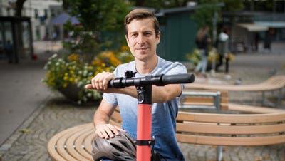 Claus Unterkircher vom E-Scooter-Anbieter Voi präsentiert das Modell für die Stadt St.Gallen. (Bilder: Benjamin Manser)