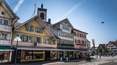 Das Haus mit der gelben Fassade soll abgerissen und einem Neubau weichen müssen. Bereits zeigen Visiere die zukünftige Giebelhöhe an. (Bild:Michel Canonica)