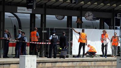 Mann stösst Achtjährigen und dessen Mutter vor Zug - Kind stirbt