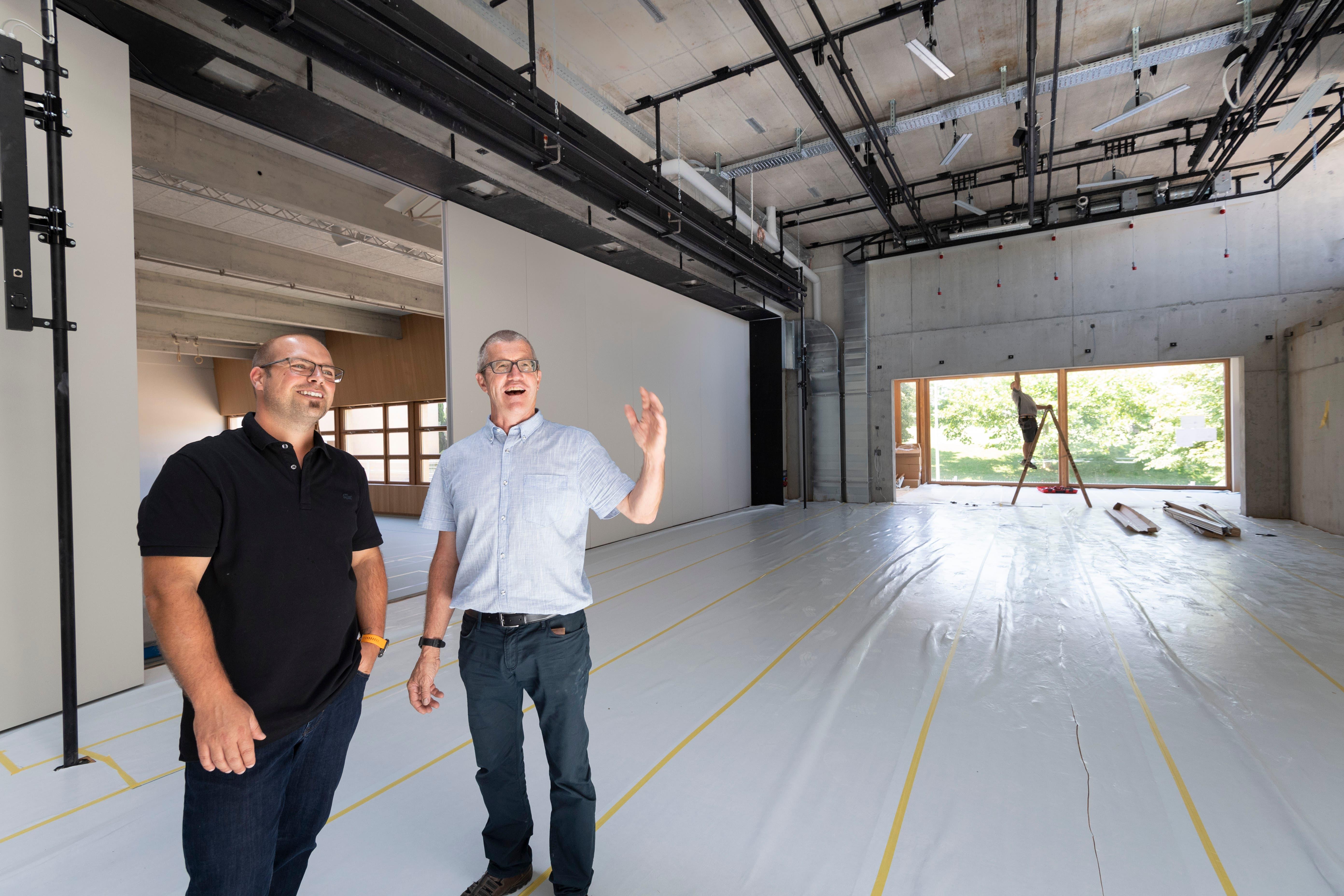 Gemeindepräsident Sandro Parissenti und Gemeinderat Christian Würth (von links) im Multifunktionsraum.