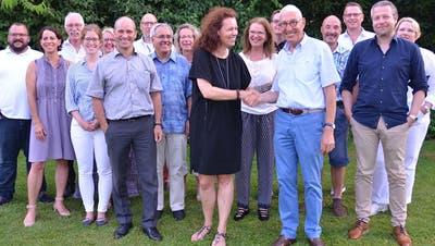 Um Ibi Bertschi scharen sich 21 Mitglieder. (Bild: Margrith Pfister-Kübler)