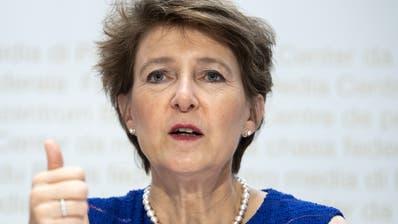 Umweltministerin Simonetta Sommaruga spricht an einer Medienkonferenz über das Klimapaket der Bundesverwaltung. (KEYSTONE/Peter Schneider)