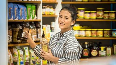 Die Tibeterin TseringPer Chöden hat ihre Lehre im Bio-Laden Biosfair in Weinfelden absolviert. (Bild: Reto Martin)
