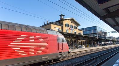 Umstrittene Praxis: Um Verspätungen aufzuholen, streichen die SBB kurzerhand Halte an Bahnhöfen in kleineren Städten. Zuletzt etwa in Baden. (Bild: Claudio Thoma)