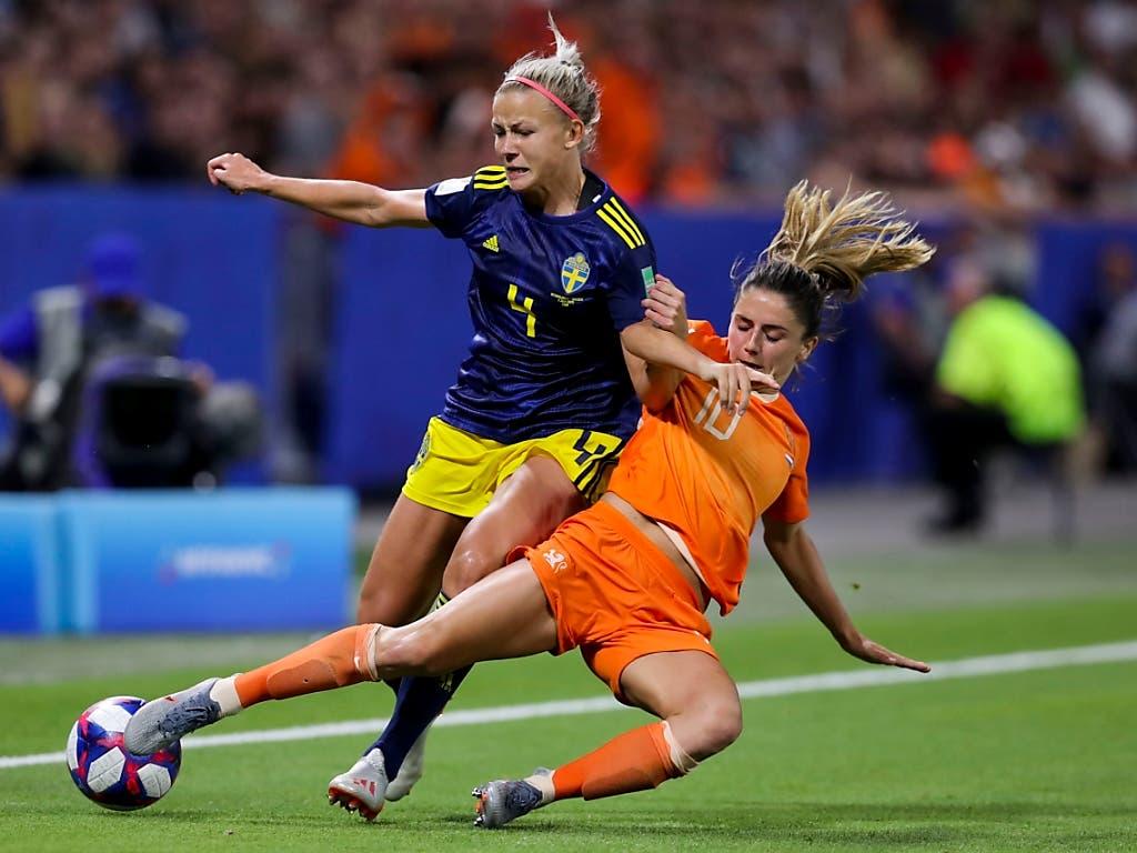 Kein Durchkommen: Die Niederländerin Danielle van De Donk stoppt Schwedens Hanna Glas (Bild: KEYSTONE/AP/FRANCISCO SECO)