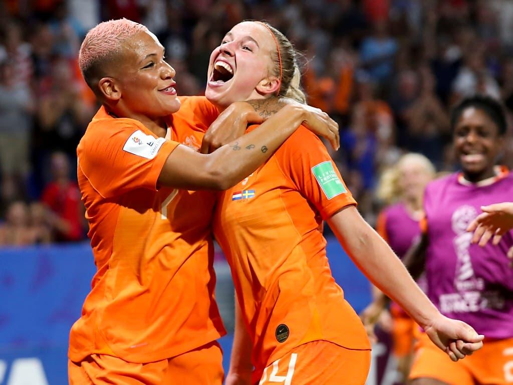 Die Siegtorschützin Jackie Groenen (rechts) freut sich mit Shanice van De Sanden (Bild: KEYSTONE/AP/FRANCISCO SECO)