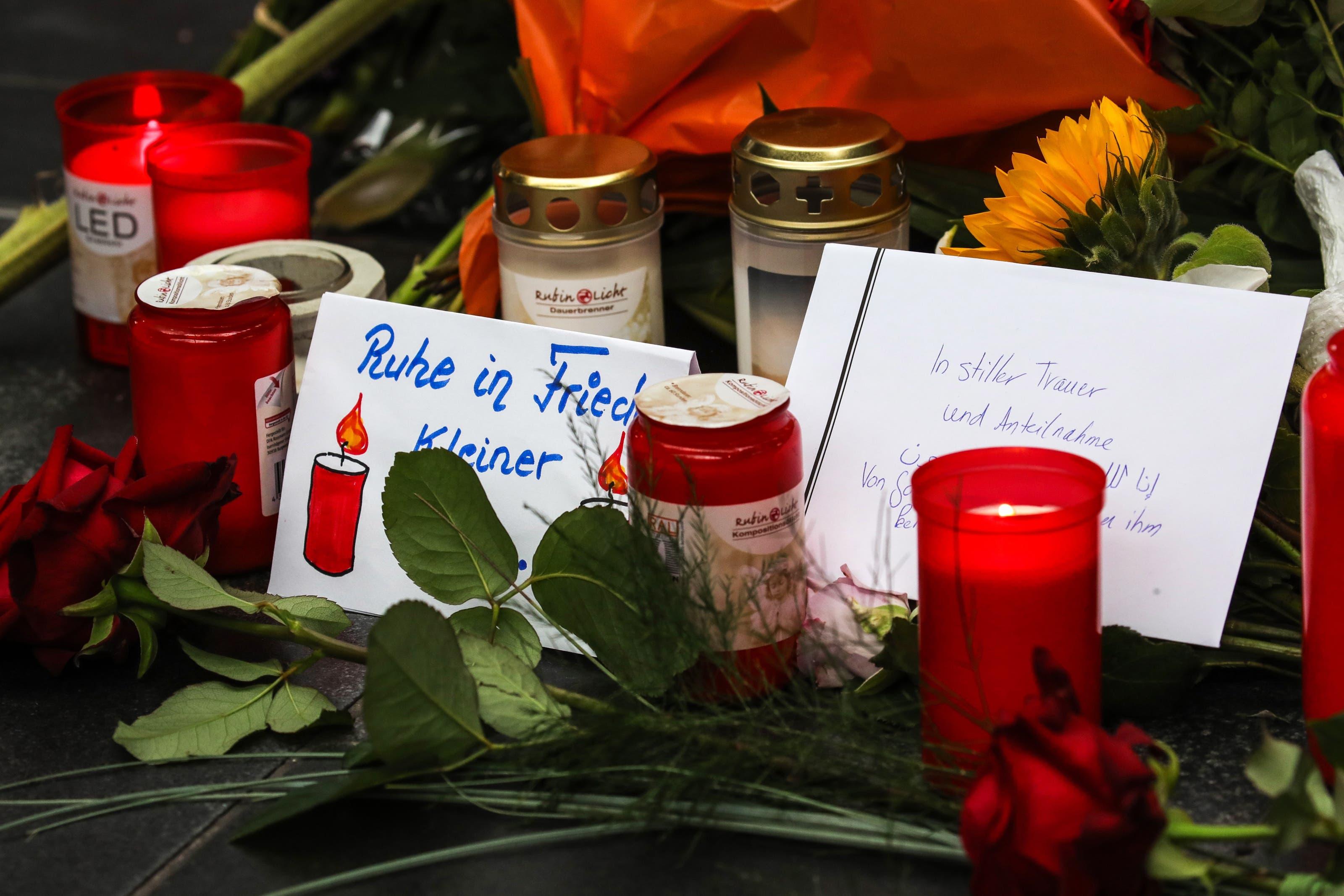 Trauerkarten und -kerzen erinnern an die schreckliche Tat. (Bild: ARMANDO BABANI)