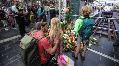 Blumen, Kerzen und Teddybären erinnern an den verstorbenen Jungen. (Bild:EPA/CARSTEN RIEDEL)