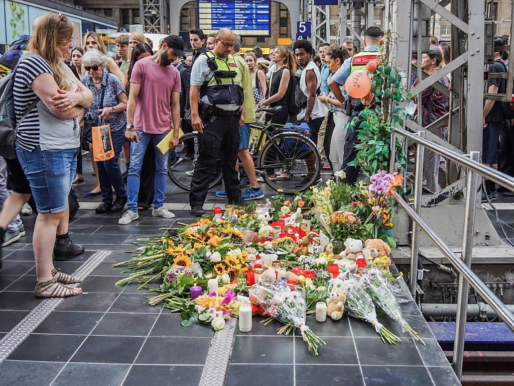 Anteilnahme und Fassungslosigkeit am Frankfurter Bahnhof: Blumen, Kerzen und Teddybären erinnern an den Achtjährigen, der vor einen ICE gestossen und getötet wurde. (Bild: KEYSTONE/EPA/CARSTEN RIEDEL)