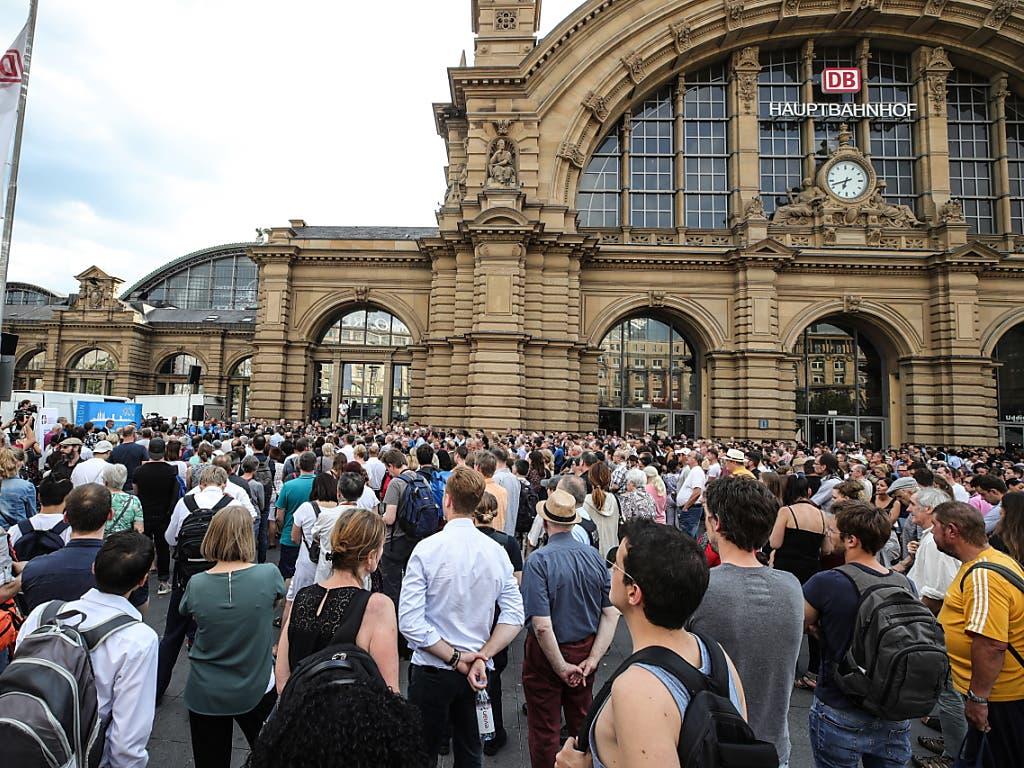 Wegen des Andrangs im Freien statt in der Bahnhofshalle: Rund 400 Personen nahmen am Dienstagabend an einer Andacht für den getöteten Achtjährigen teil. (Bild: KEYSTONE/EPA/ARMANDO BABANI)