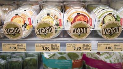 In den Migros- und Coop-Regalen stehen immer mehr vegane Produkte. (KEYSTONE/Urs Flueeler)