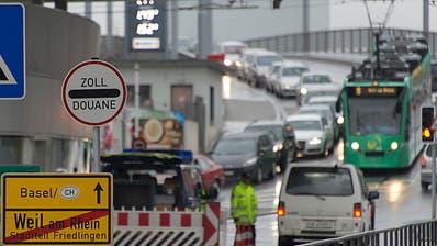 Lange Autokolonne beim Zoll: Solche Bilder will die deutsche Regierung weniger oft sehen. Shoppingtouristen sollen deshalb künftig nur noch bei Einkäufen über 50 Euro die Mehrwertsteuer zurückerstattet bekommen. (Bild: GeorgiosKefalas/Keystone)