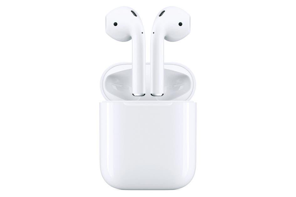 Airpods 2 AppleKeine Frage, sie sind die meistverbreiteten In-Ear-Kopfhörer. Stilbewusste stehen vor der Entscheidung, ob sie sich in die Gruppe der Airpod-Träger einreihen oder bewusst ausscheren wollen. Entscheidet man sich für Ersteres, muss man sich mit dem Stäbchen am Knopf anfreunden. Dafür kommt man in den Genuss eines satten Sounds mit einem Bass, der in der Ohrmuschel wummert. Die Box überzeugt durch ein kompaktes Design. 179 Franken. Bild: zvg