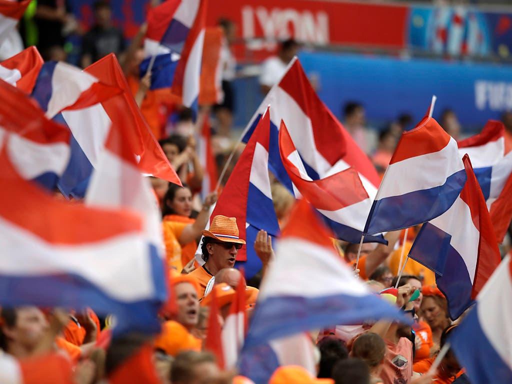 Die Oranje-Fans unterstützen ihr Nationalteam lautstark und farbenfroh (Bild: KEYSTONE/AP/ALESSANDRA TARANTINO)